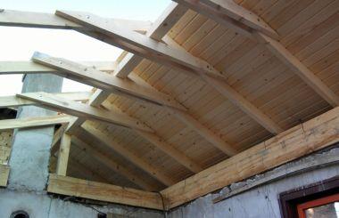 Израждане на нов три скатен покрив за барбекю