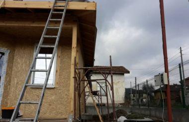 Изграждане на нов покрив на дървена къщичка