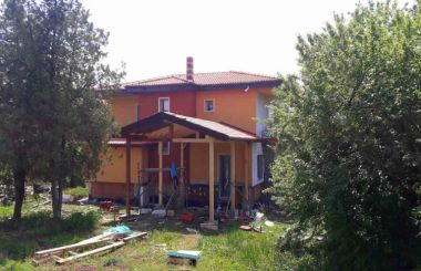 Изграждане на нов многоскатен дървен покрив с червена керемида