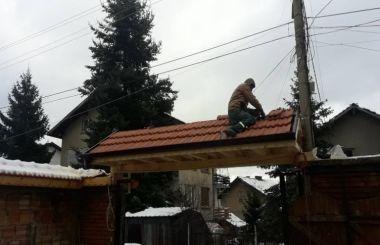 Изграждане на козирка над дворна врата